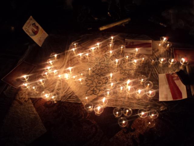 شمع روشن کردن شهروندان رابری به یاد شهدای چپل هیل