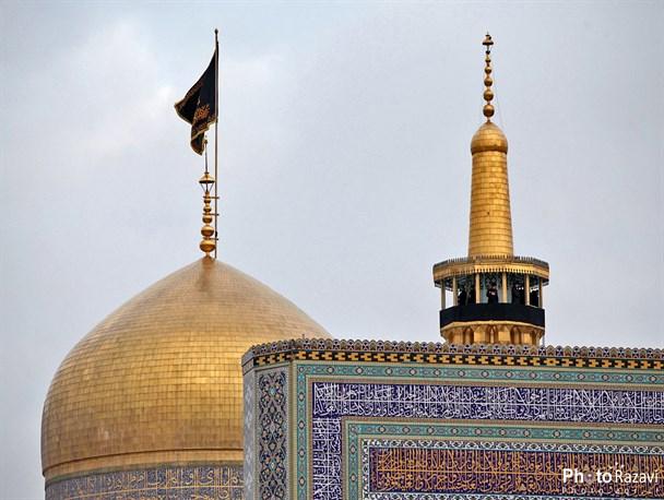 پرچم عزای حسینی بر فراز گنبد مطهر رضوی افراشته شد
