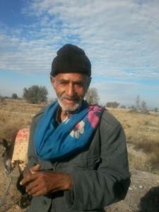اراده ی پولادین نزد پیرمرد ۸۰ ساله رودباری زانو زند