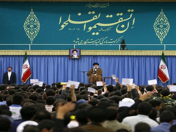 مذاکره با آمریکا نه تنها مشکلات را حل نمیکند بلکه افزایش هم میدهد/مشکلات کشور با روحیه و تفکر انقلابی حل خواهد شد