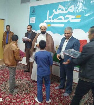 اهداء ۴۳بسته مهرتحصیلی به دانش آموزان نیازمند رابر
